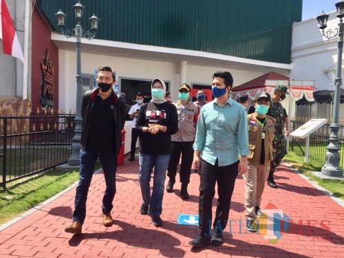 Wali Kota Batu Dewanti Rumpoko (dua dari kiri) saat bersama Wakil Gubernur Jatim Emil Dardak beberapa saat lalu. (Foto: Irsya Richa/MalangTIMES)