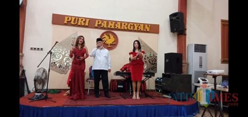 Bupati Malang HM. Sanusi sedang bernyanyi dangdut bersama dua biduan perempuan di atas mini panggung, Rabu (5/8/2020). (Dok. JatimTimes)