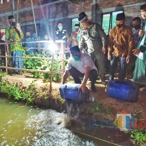 Lepas Ikan Lele 4 Kilogram, Bupati Mojokerto Ingatkan Warga Soal Protokol Kesehatan