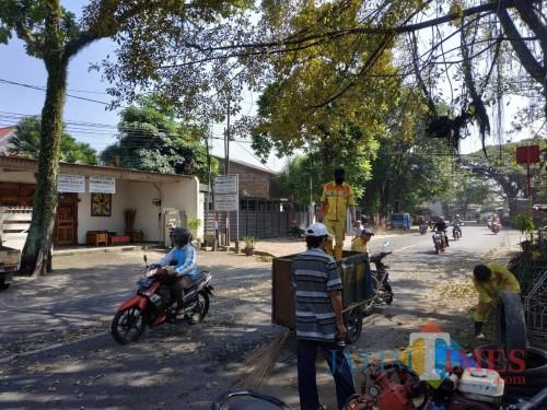 Petugas kebersihan DLH Kota Malang saat melakukan pembersihan di jalanan (Hendra Saputra)