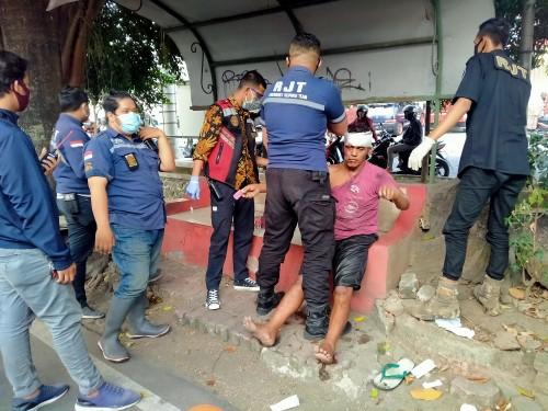 Korban yang tengah mendapatkan pertolongan pertama dengan diperban kepalanya (Anggara Sudiongko/MalangTIMES)