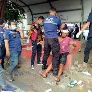 Pecah Ban, Grandmax Hantam Pengendara Motor hingga Masuk Sungai di Sawojajar