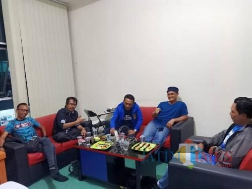 Kombes Pol Almas Widodo Kolopaking (dua dari kanan) bersama d'Kross saat berkunjung ke kantor MalangTIMES 2019 lalu (foto dok MalangTIMES)