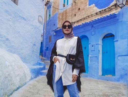 Outfit Mega Iskanti saat memakai baju warna putih. (Foto: Instagram @megaiskanti).