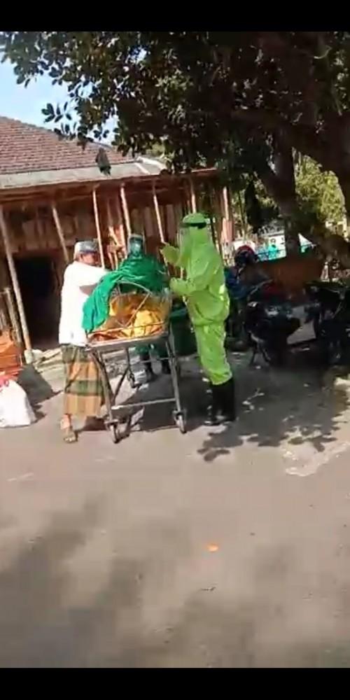 Screenshot video yang viral menunjukkan seorang laki-laki mencium jenazah PDP covid-19 di Kota Malang.