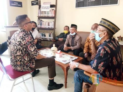 Sejumlah Kader Golkar Saat Di Kejaksaan Negeri Tulungagung / Foto : Anang Basso / Tulungagung TIMES