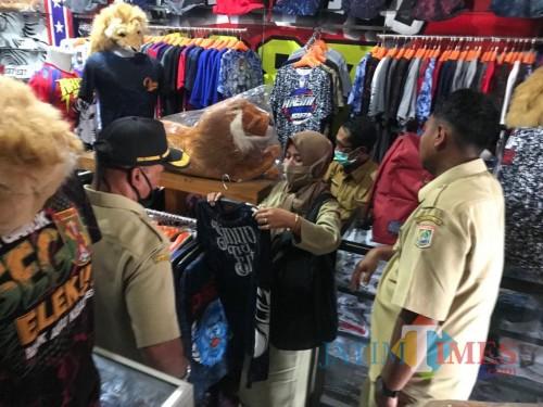Suasana store City of Arema saat ASN mencari atribut Arema (Hendra Saputra)