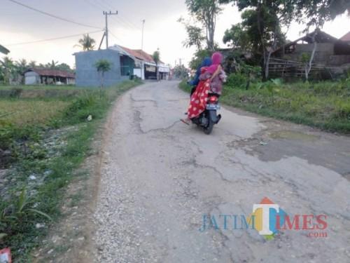 Warga setempat saat melintas (Foto by Rozi)