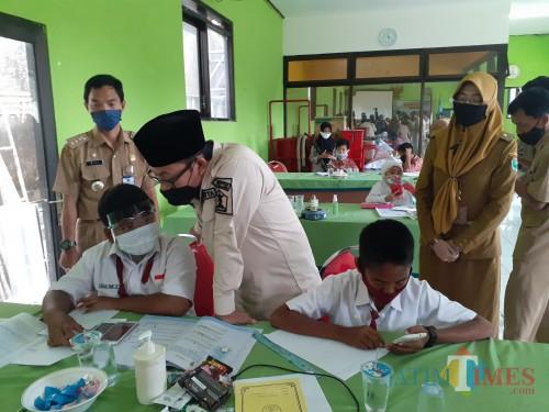 Wali Kota Malang Sutiaji (berkopiah) saat meninjau aktivitas siswa sekolah saat belajar daring di Kelurahan Bandulan, Kecamatan Sukun Kota Malang. (Arifina Cahyanti Firdausi/MalangTIMES).