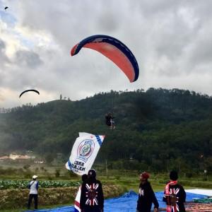HUT Arema, 33 Bendera Arema Diterbangkan Lewat Paralayang di Langit Kota Batu