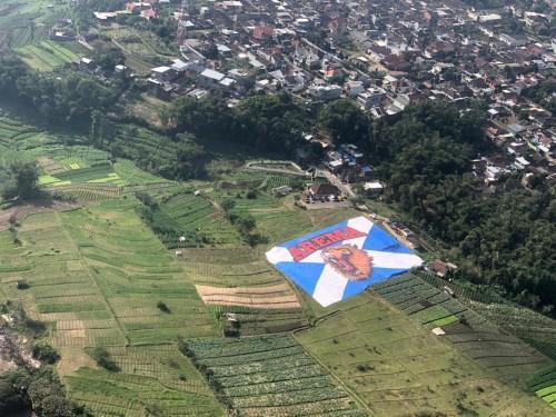 Bendera arema terbentang di Lapangan Songgomaruto, Kelurahan Songgomaruto, Kelurahan Songgokerto, Kecamatan Batu,Selasa (11/8/2020). (Foto: istimewa)