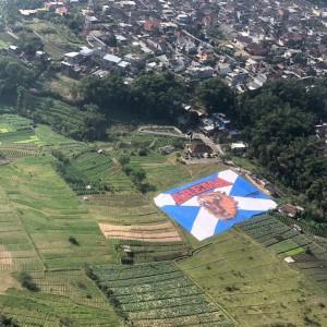 Lapangan Songgomaruto Tertutup Bendera Raksasa Arema