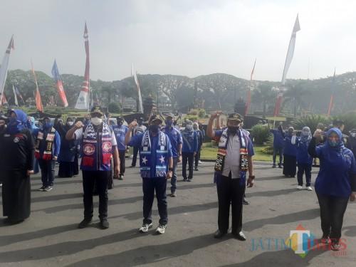 Wali Kota Malang Sutiaji (tiga dari kanan) bersama jajarnan ASN Pemkot Malang kompak beratribut Arema di Hut Arema ke-33. (Arifina Cahyanti Firdausi/MalangTIMES).