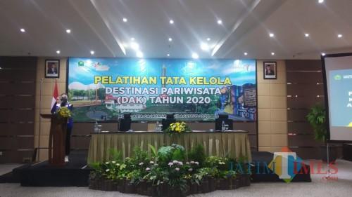 Kepala Disporapar Kota Malang, Ida Ayu Made Wahyuni saat hadir dalam agenda agenda pelatihan Tata Kelola Destinasi Pariwisata (Pipit Anggraeni/MalangTIMES).