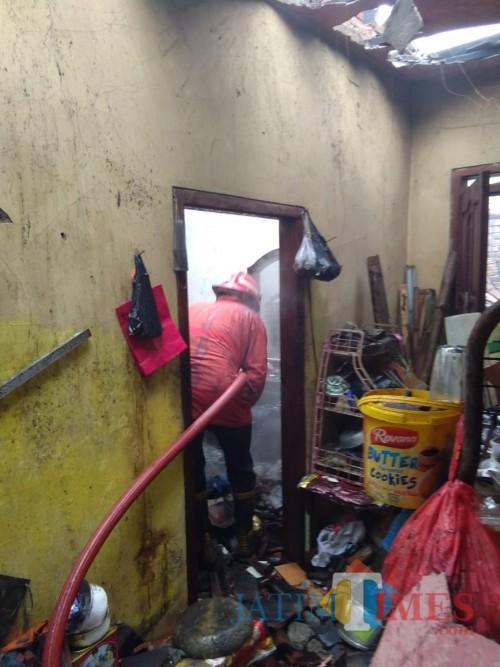 Petugas saat berupaya memadamkan kebakaran yang terjadi di Kecamatan Tumpang. (Foto : PPK Kabupaten Malang for MalangTIMES)