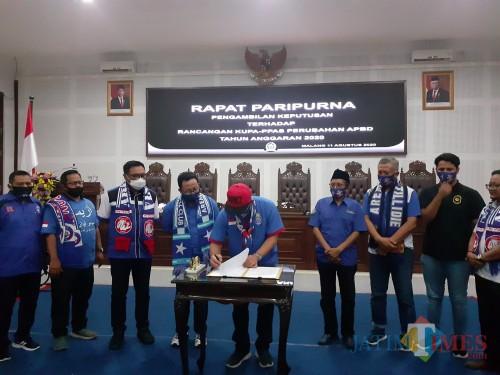 Penandatanganan kesepakatan Rancangan KUPA-PPAS Perubahan APBD Kota Malang 2020 saat Rapat Paripurna di DPRD Kota Malang, Selasa (11/8). (Arifina Cahyanti Firdausi/MalangTIMES).