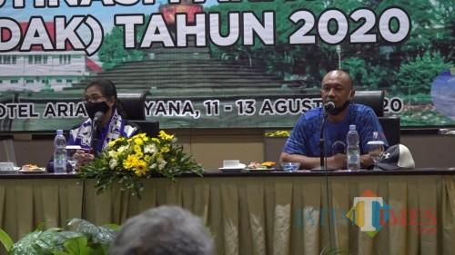 Kepala Disporapar Kota Malang Ida Ayu Made Wahyuni didampingi Plt Sekretaris Disporapar Kota Malang Eko Sya. (Ahmad Amin/MalamgTIMES).