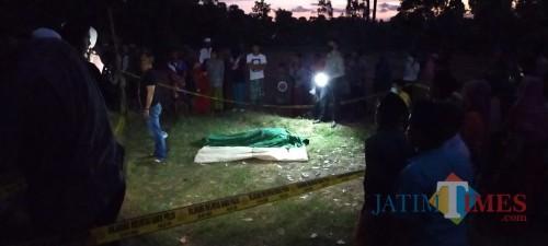 Warga berkerumun melihat mayat laki-laki yang ditemukan meninggal dunia di sawah. (Foto: Humas Polres Sumenep for JatimTIMES)