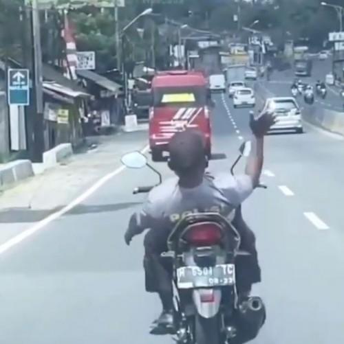 Santuy Banget! Aksi Pengendara Motor Berkaus Polisi Ini Bikin Heran Warganet