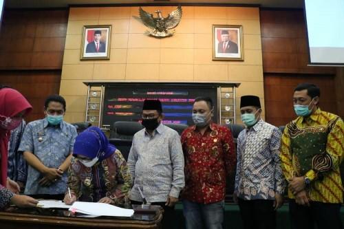 Bupati Jombang Mundjidah Wahab saat menandatangani nota penjelasan tiga raperda. (Foto : Dokumentasi Bagian Humas dan Protokol Setdakab Jombang)