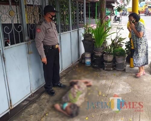 Kondisi mayat yang ditemukan di teras rumah warga / Foto : Dokpol / Tulungagung TIMES