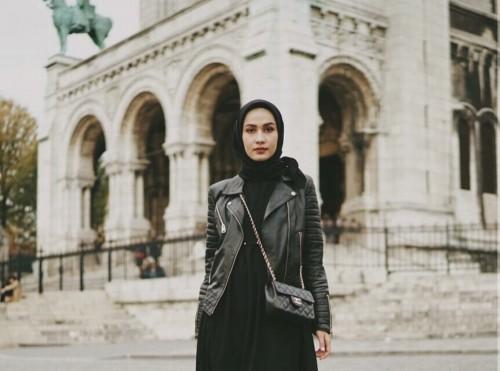 Outfit serba hitam ala hijabers Dwihandaanda. (Foto: Instagram @dwihandaanda).