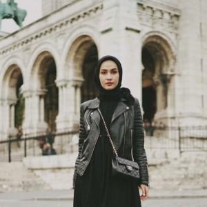 Pakai Outfit Serba Hitam Tak Melulu Suram, Contek Saja Gaya Hijabers Dwihandaanda Ini