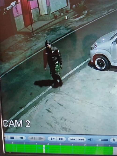 Pelaku pencurian di Jalan Wijaya Kusuma nomor 3 yang nampak mengenakan atribut loreng mirip tentara (Ist)
