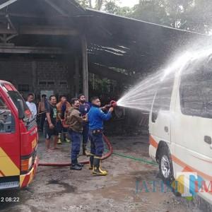 Diduga Korsleting Accu, Minibus Milik Warga Garum Terbakar di Garasi