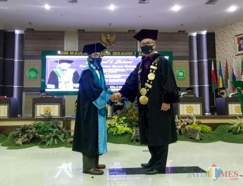 (dari kiri) Guru Besar Bidang Ekonomi Syariah Fakultas Ekonomi, Prof Dr H A Muhtadi Ridwan MAg dan Rektor UIN Malang Prof Dr Abdul Haris MAg. (Foto: Ima/MalangTIMES)