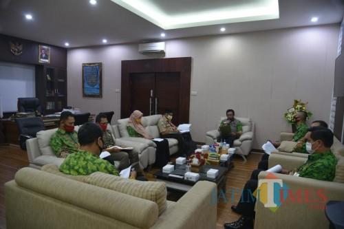 Wakil Bupati Jember Drs. KH. A. Muqit Arief saat memimpin rapat persiapan kegiatan Hari Pramuka (foto : Diskominfo / Jatim TIMES)