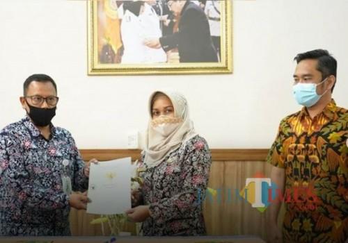 Wali kota Ning Ita serahkan sertifikat tanah aset Pemkot ke Dirut BPRS Kota Mojokerto (Foto: Humas Pemkot Mojokerto)