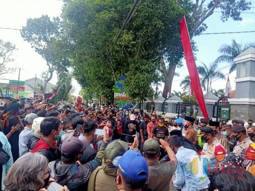 Kerumunan massa tanpa protokol kesehatan yang melakukan demo di depan Kantor DPRD Kabupaten Malang, Kamis (13/8/2020) (Foto : Ashaq Lupito/MalangTIMES)