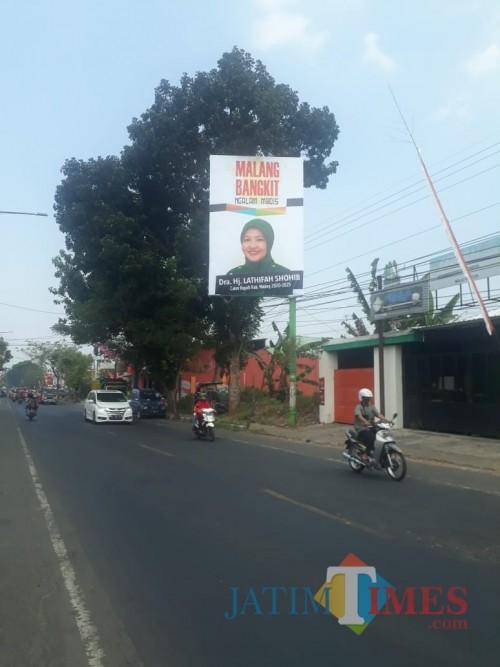 Banner Lathifah Shohib yang terpasang di billboard berdekatan dengan Kantor DPC PKB Kabupaten Malang, Senin (10/8/2020). (Foto: Tubagus Achmad/MalangTimes)