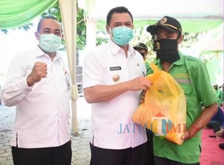 Bupati Pungkasiadi menyerahkan bantuan sembako secara simbolis kepada petugas kebersihan DLH (Foto: Humas Kab. Mojokerto)
