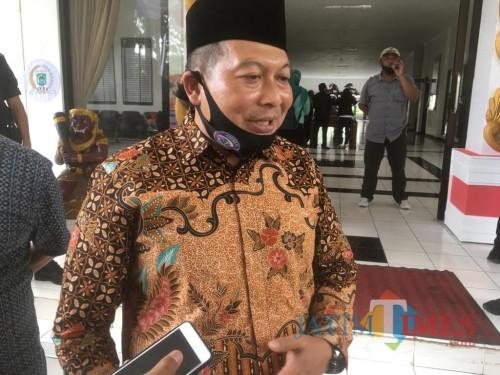 Ketua DPRD Kabupaten Malang, Didik Gatot Subroto saat menanggapi aksi masa dari pelaku seni (Foto : Ashaq Lupito / MalangTIMES)