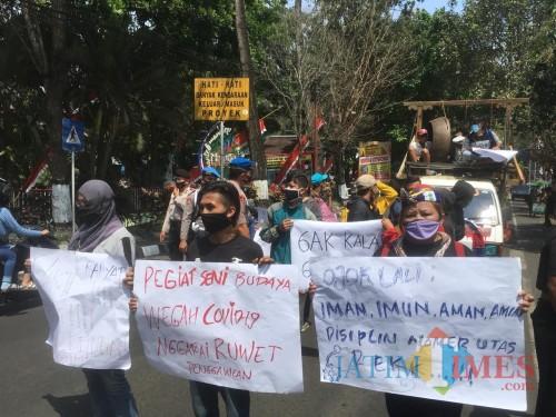 Situasi saat peserta aksi menyuarakan tuntutannya di depan Gedung Dewan Kabupaten Malang (Foto : Ashaq Lupito / MalangTIMES)