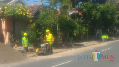 Pekerja sedang nelakukan pemasangan paving di Jalan Teratai Banyuwangi (Nurhadi Banyuwangi Jatim Times)