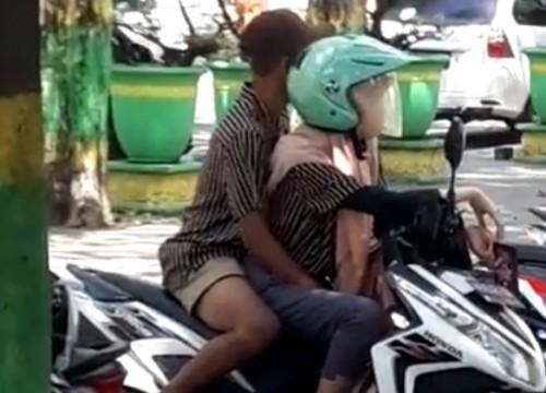 Potongan gambar yang diambil dari video pasangan muda-mudi mesum di Taman Bunga Sumenep. (Ist/JatimTIMES)