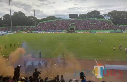 Stadion Gajayana saat digunakan menggelar pertandingan Arema FC. (foto dok MalangTIMES)