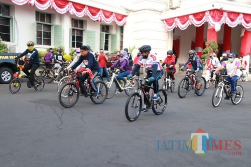 ASN Pemkot Malang saat berangkat gowes dari Balai Kota Malang. (Foto: Humas Pemkot Malang).