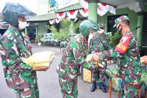 Bantuan beras disalurkan Kodim 0808/Blitar untuk membantu warga terdampak covid-19.(Foto : Aunur Rofiq/BlitarTIMES)