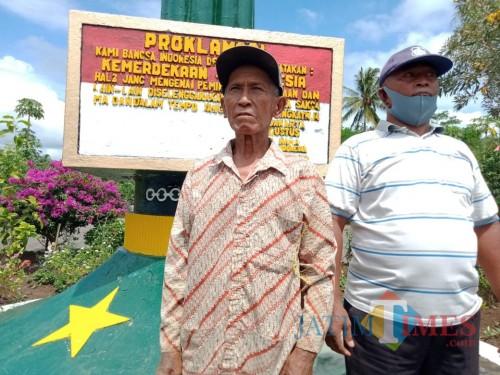 Pak Kembang sosok penjaga makam Tamam Makam Pahlawan Makam Bahagia Turen, Kabupaten Malang, Jumat (14/8/2020). (Foto: Dok. JatimTimes)