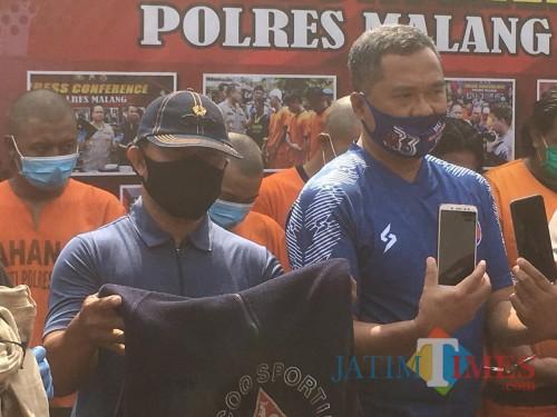 Panpel Arema FC, Abdul Haris (kanan) bersama Achmad Gozali saat rilis pelaku curas di Polres Malang (Pito)
