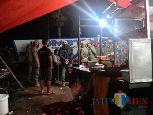 Petugas Satpol PP Kota Malang saat menertibkan PKL di wilayah Jl Cibuni, Kelurahan Purwantoro Kecamatan Blimbing, Kota Malang. (Foto: Istimewa).