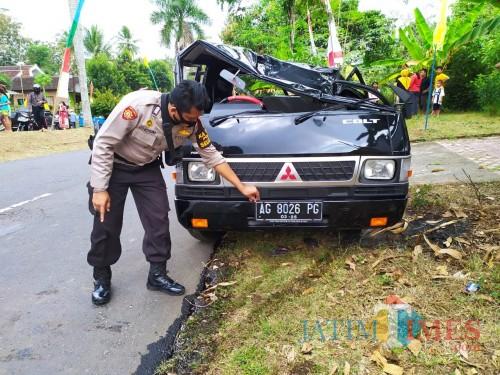 Polisi melakukan olah TKP di lokasi kecelakaan pikap di Desa Selorejo.(Foto : Aunur Rofiq/BlitarTIMES)