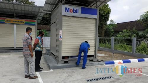 Polisi memeriksa SPBU ExxonMobil yang beroperasi di Desa Gaprang (Foto: Aunur Rofiq/BlitarTIMES)
