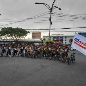 Peringati HUT RI ke-75, Alfamart Branch Malang Gowes dan Bagi 500 Masker