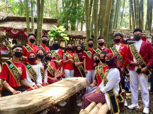20 finalis Duta Wisata Kangmas Nimas Kota Batu saat berfoto di Pasar Bring Rahardjo,Minggu (16/8/2020). (Foto: Irsya Richa/MalangTIMES)