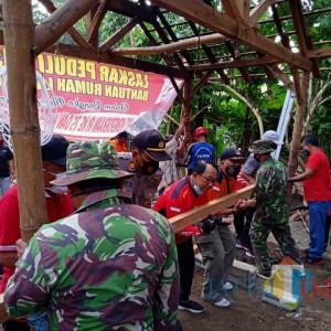 Kerja Bakti Bangun Rumah Mbah Tukijan Maliran, Bupati Rijanto Sumbang Rp 5 Juta
